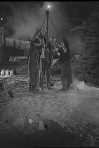 """Sogenannte """"Dreispänner"""" beim Zerschlagen von Roheisenmasseln. Standbild aus dem Film """"Der Eisenwald""""."""