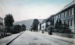 In der Straßenflucht das Wohnhaus von Tillmann Güthing und Familie